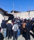 Pobladores rodean las viviendas que allana la PNC y MP en Nahualá. (Foto Prensa Libre: Héctor Cordero)