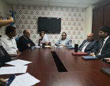 Miembros del partido político EG dan detalles de la denuncia que colocaron este viernes ante el MP. (Foto Prensa Libre: Carlos Álvarez)
