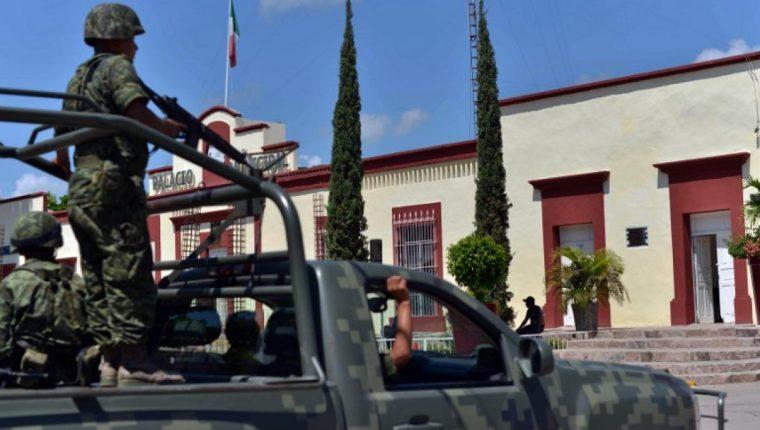AMLO visitó Badiraguato, Sinaloa, donde nació el Chapo, y donde le entregaron una carta de la madre del narco. (Foto Prensa Libre: AFP)
