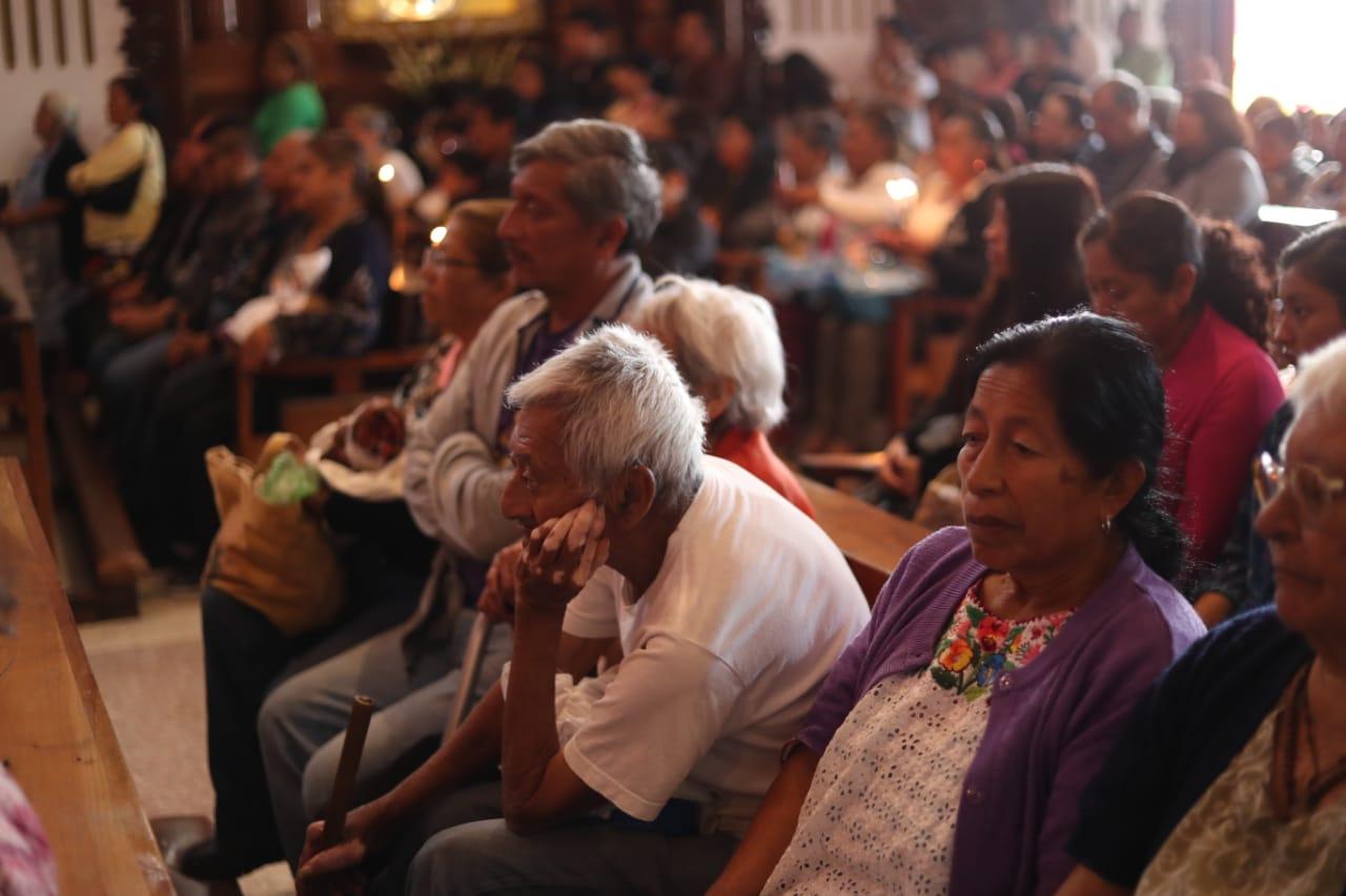 Durante la ceremonia el padre Carlos Castellanos invitó a las personas a participar en otras actividades de la iglesia