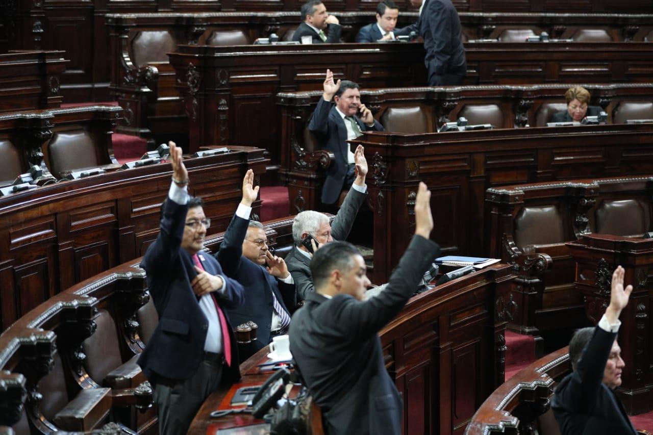 Durante tres sesiones los diputados han tenido que votar con el método tradicional que es alzando sus manos al momento de una votación. (Foto Prensa Libre: Erick Ávila)