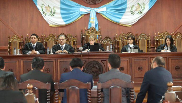 Cuatro magistrados titulares y una suplente escucharon los argumentos de los amparistas. (Foto Prensa Libre: Esbin García)