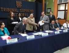 María Consuelo Porras, fiscal General, al centro, entrega el plan sobre el proceso electoral del MP a magistrados del TSE.  (Foto Prensa Libre: Esbin García)