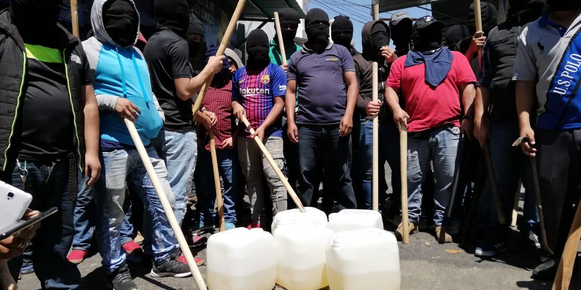 Los manifestantes portaban palos y bidones de gasolina. (Foto Prensa Libre: Óscar Rivas)