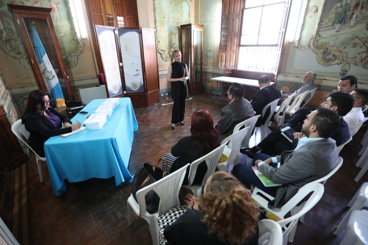 Los representantes de los partidos políticos participaron en un nuevo sorteo ya que solo tendrán derecho a ocho vallas. (Foto Prensa Libre: Carlos Hernández Ovalle)