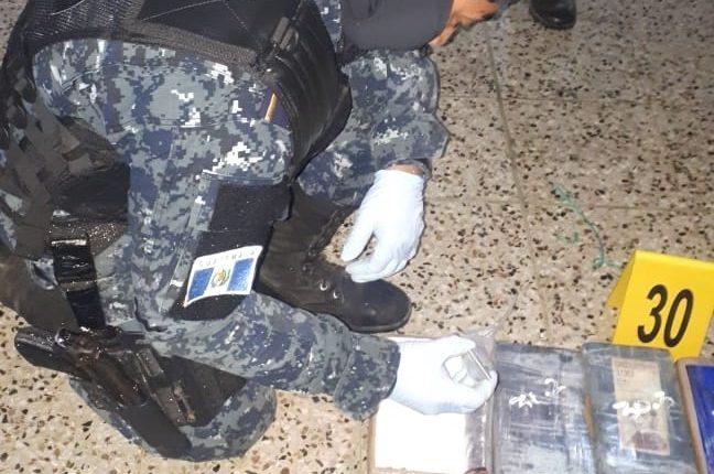 En la Base Naval del Pacífico, personal antinarcóticos cuenta los paquetes hallados en la Porturaria Quetzal. (Foto Prensa Libre: Cortesía)
