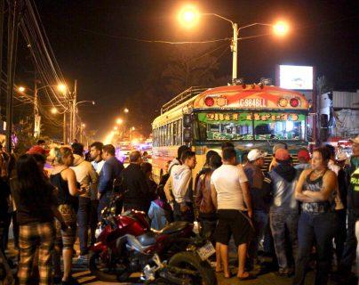 El bus se detuvo en el km 39 de la antigua carretera a Escuintla. (Foto Prensa Libre: Hillary Paredes)