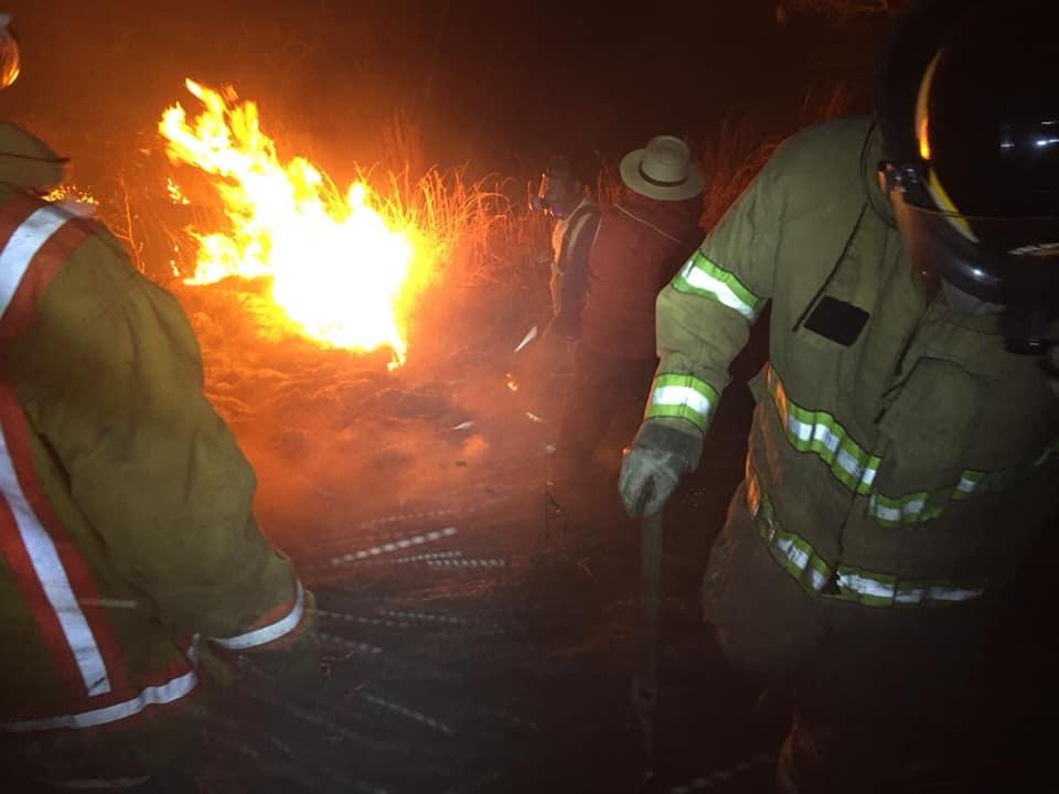 Vecinos y bomberos intenta apagar un incendio forestal en Rancho de Teja, Sacapulas, Quiché, donde murió una mujer que protegía su vivienda. (Foto Prensa Libre: Héctor Cordero)