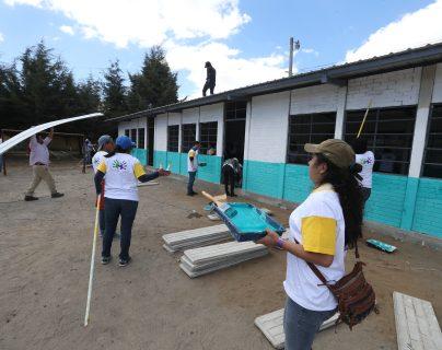 Los voluntarios de Telus edificaron en un día tres aulas en la escuela Manuel C. Figueroa, la construcción beneficiará a 180 estudiantes. (Foto Prensa Libre: Mynor Toc)