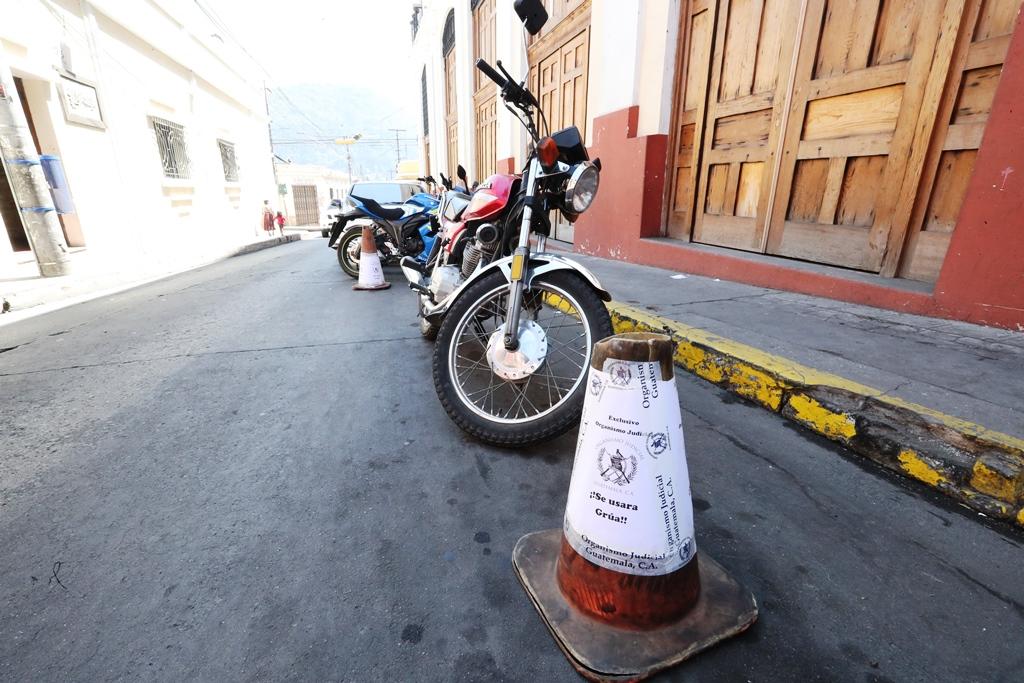 La Municipalidad de Quetzaltenango busca liberar las calles de obstáculos y de personas que cuidan los parqueos en vía pública. (Foto Prensa Libre: Mynor Toc)