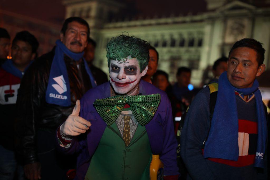 Las personas visten llamativos disfraces en la Caravana del Zorro.