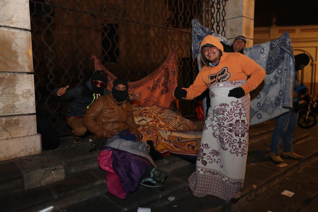 Varias personas durmieron en las calles cercanas a la Plaza de la Constitución para participar en la Caravana del Zorro.