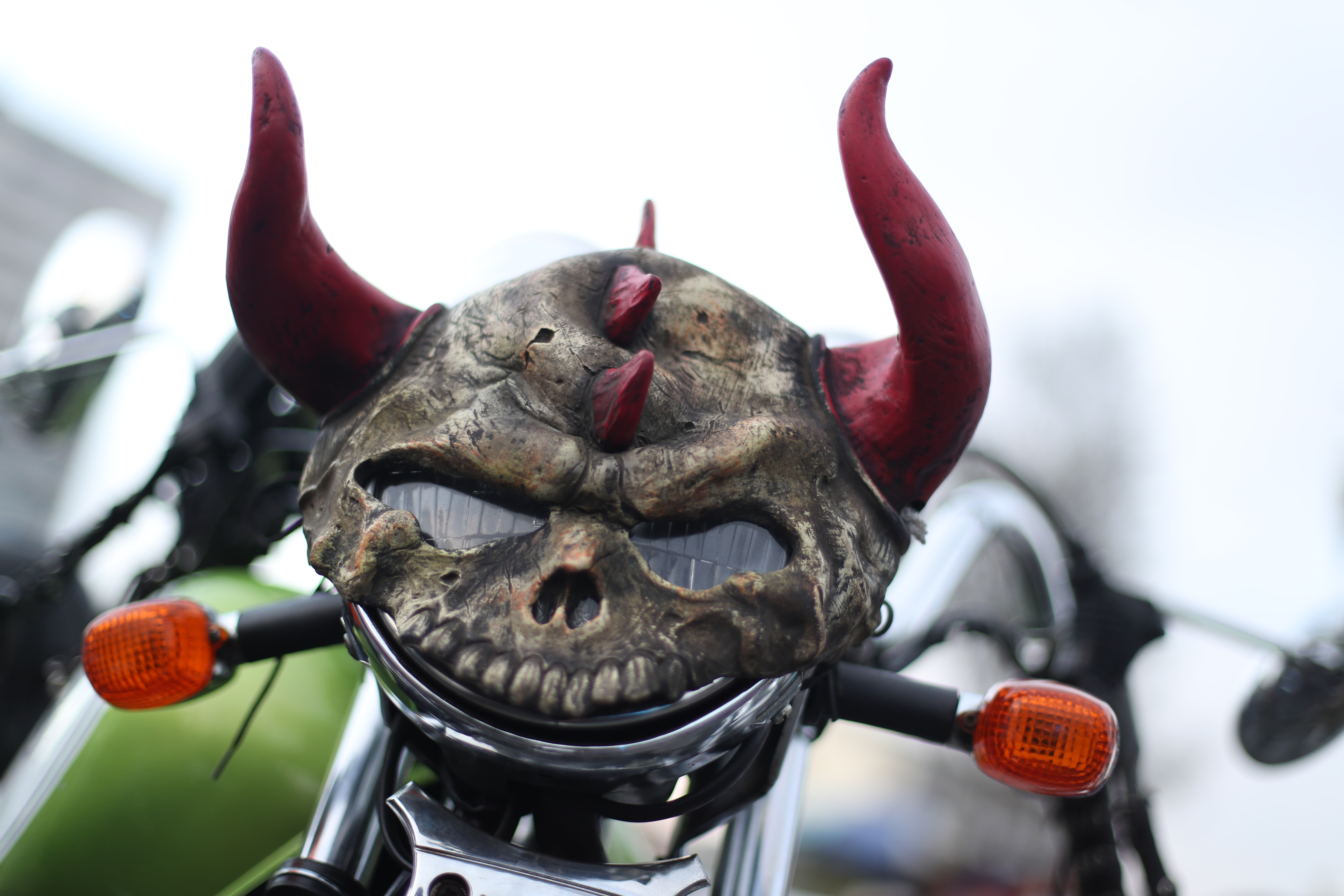 Las motocicletas llevan adornos peculiares.