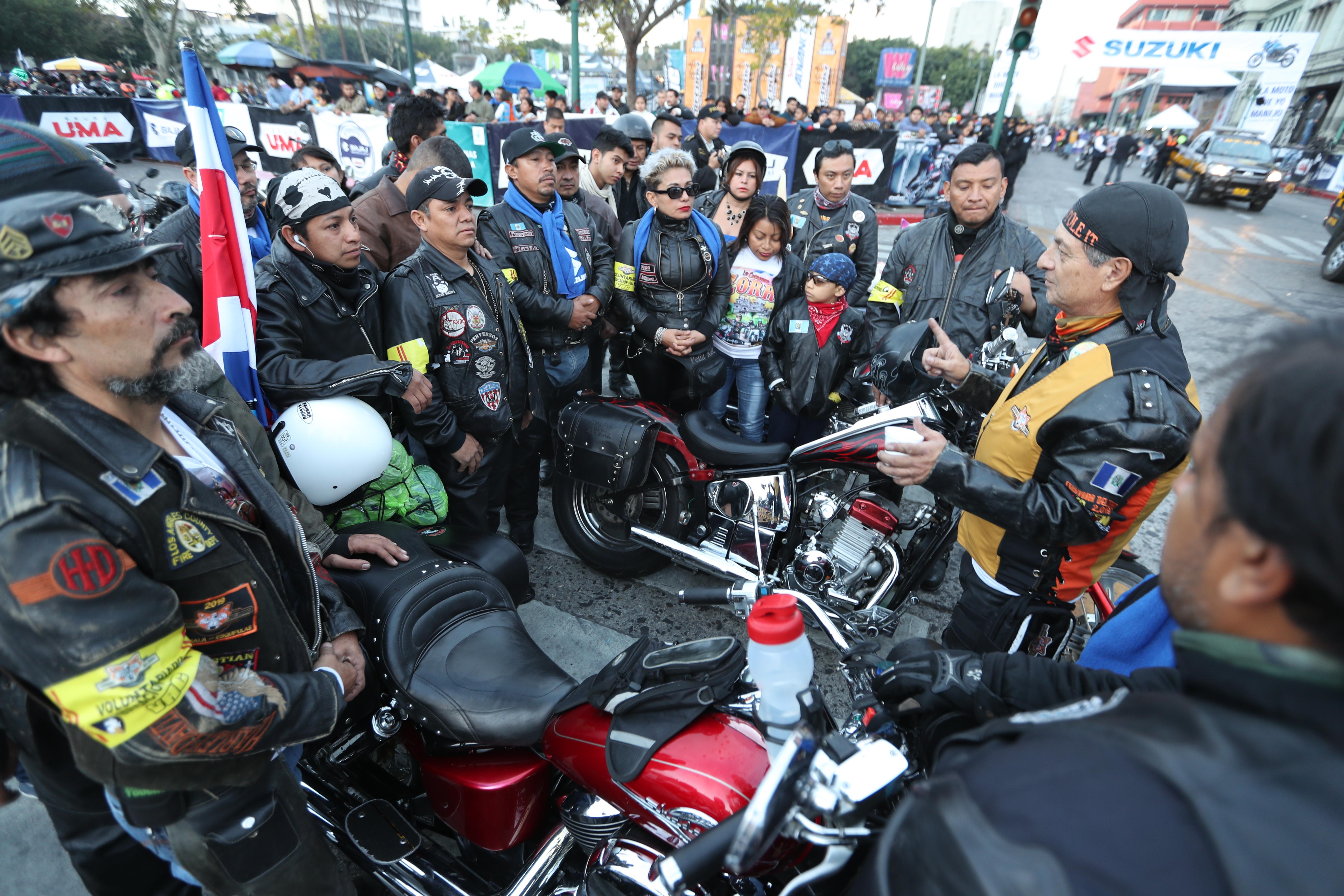Los organizadores del grupo de seguridad de la Caravana del Zorro reciben las últimas instrucciones antes de salir.