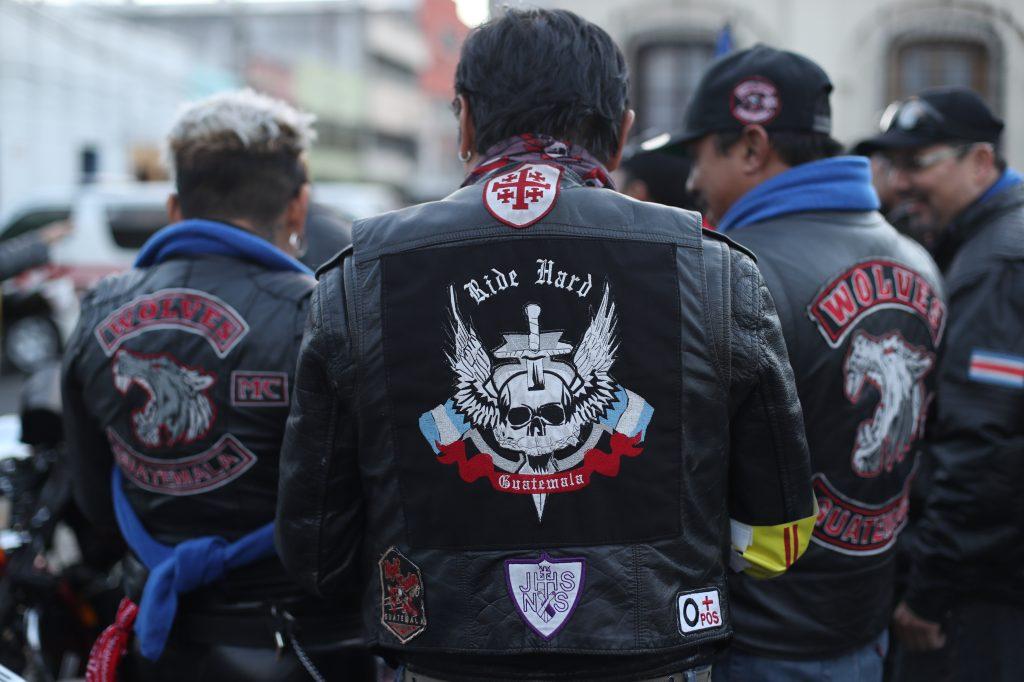 Algunos de los participantes portan distintivos de algunos clubes de motociclistas.