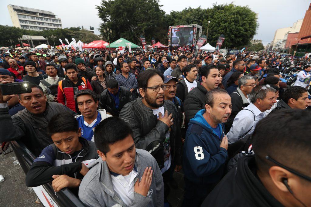 Personas entonaron el Himno Nacional como parte del acto protocolario de salida.
