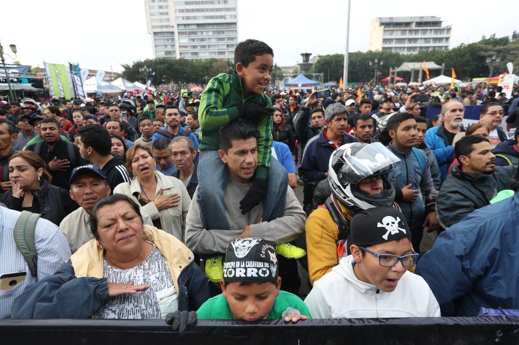 Algunas de las personas que esperaban la salida de la Caravana quedaron muy lejos debido a las medidas de seguridad.