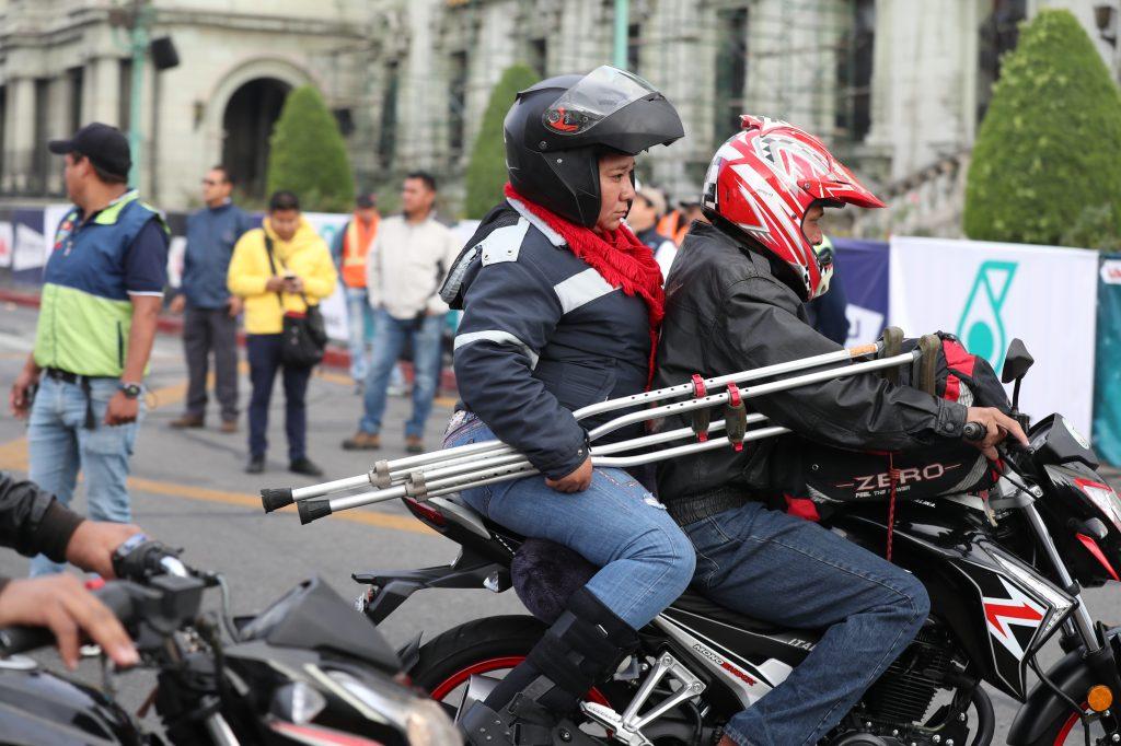 Una persona lleva consigo sus muletas durante el recorrido.