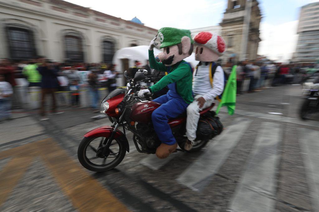 Luigi y el Honguito participan en la caravana.