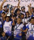 Los jugadores del plantel de Cobán Imperial celebran con el trofeo de campeón del Torneo de Copa. (Foto Prensa Libre: Francisco Sánchez)