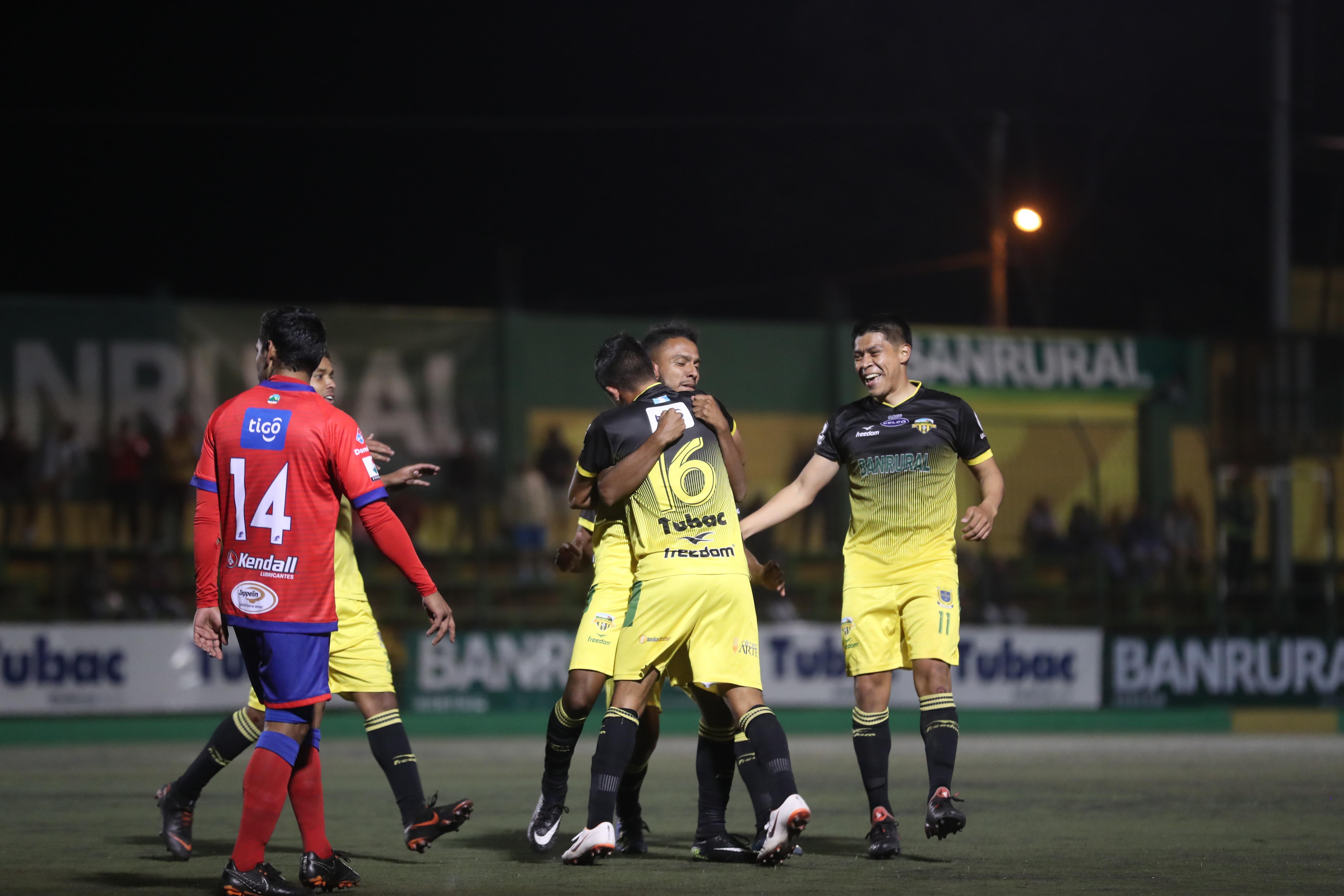 Los jugadores de Petapa festejan el gol con Gerson Gómez. (Foto Prensa Libre: Edwin Fajardo)
