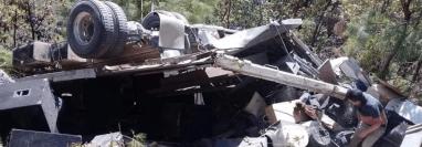 El camión en el que viajaba la agrupación Unción en la Alabanza quedó destruido. (Foto Prensa Libre: Héctor Cordero).