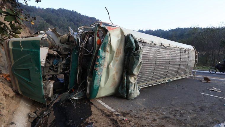Un bus de los Transporte Santa Rita volcó en el kilómetro 184 de la ruta Interamericana. (Foto Prensa Libre: Mynor Toc)