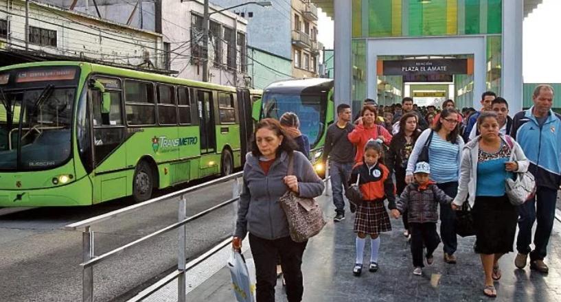Según la comuna y la PDH, se han hecho campañas de información para que se denuncie el acoso sexual en el Transmetro. (Foto Prensa Libre: Hemeroteca PL)