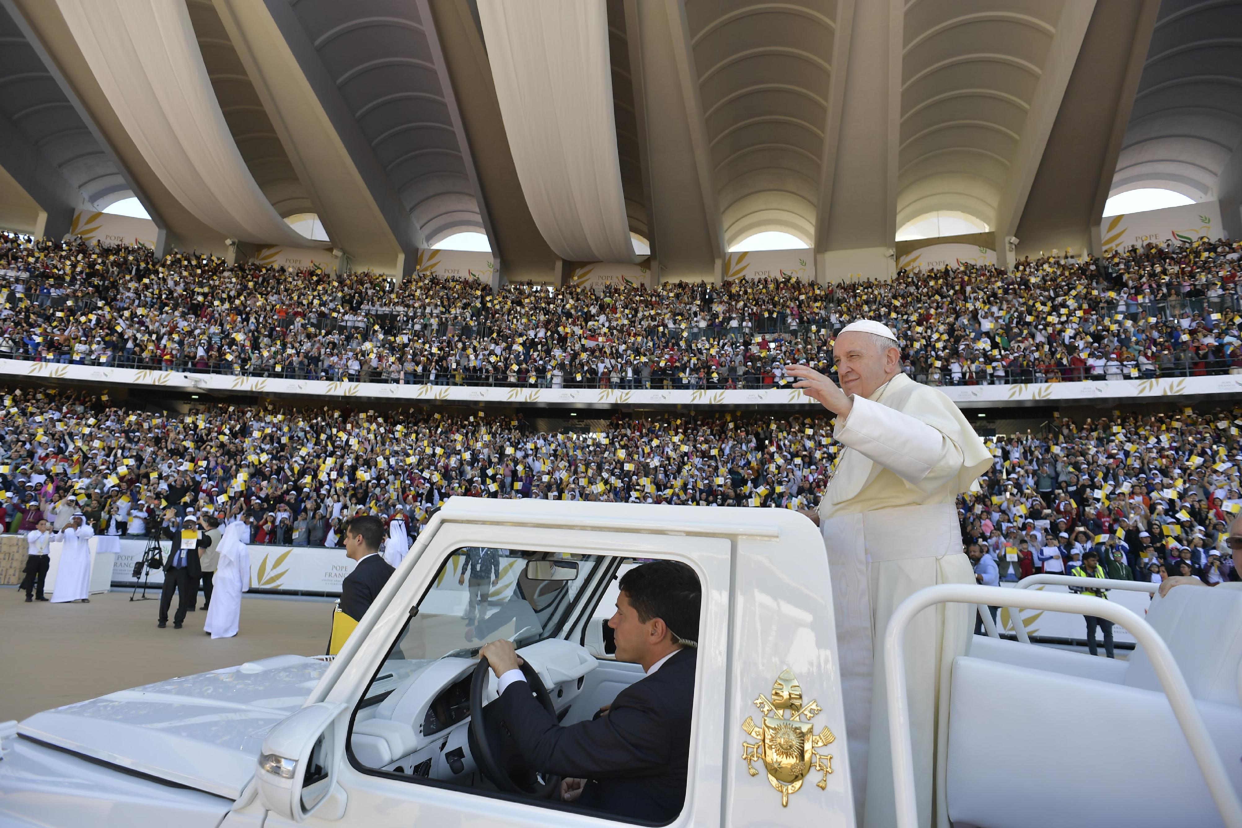 Francisco ofició una misa ante 170 mil personas al término de su visita a la región.  (Foto Prensa Libre: AFP)
