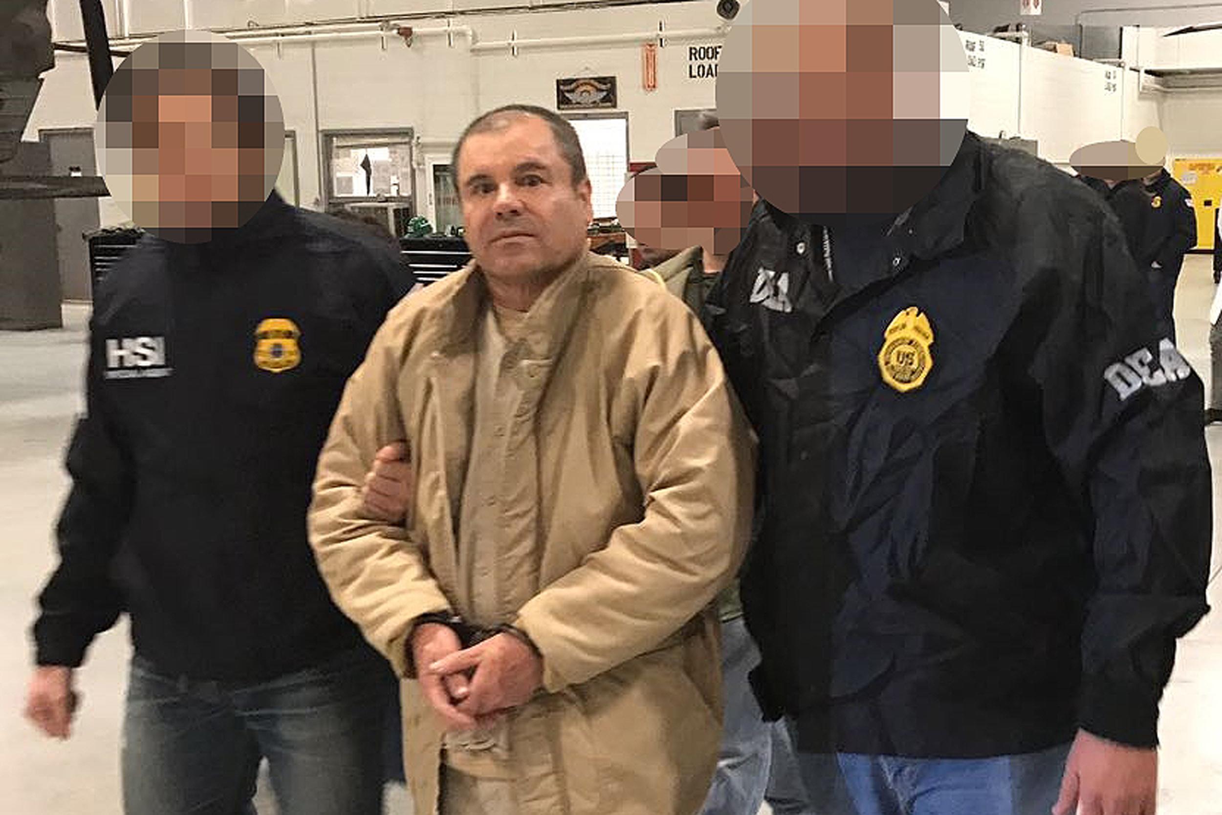 Una de las últimas fotografías del Chapo Guzmán es esta, cuando era escoltado el día que fue extraditado de México a EE. UU. (Foto Prensa Libre: Hemeroteca PL)