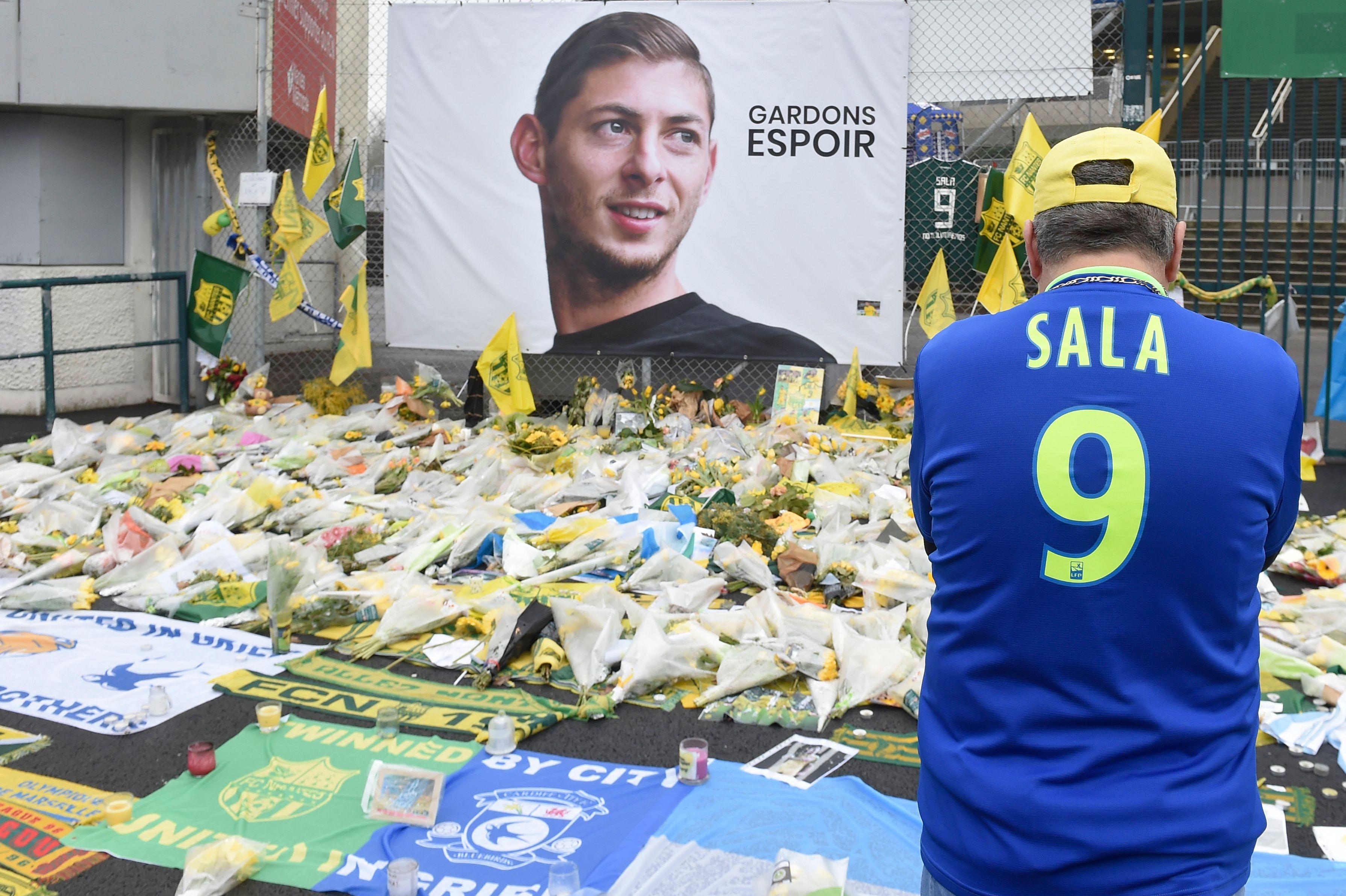 Los aficionados del Nantes han llevado flores en homenaje a Emiliano Sala. (Foto Prensa Libre: AFP)