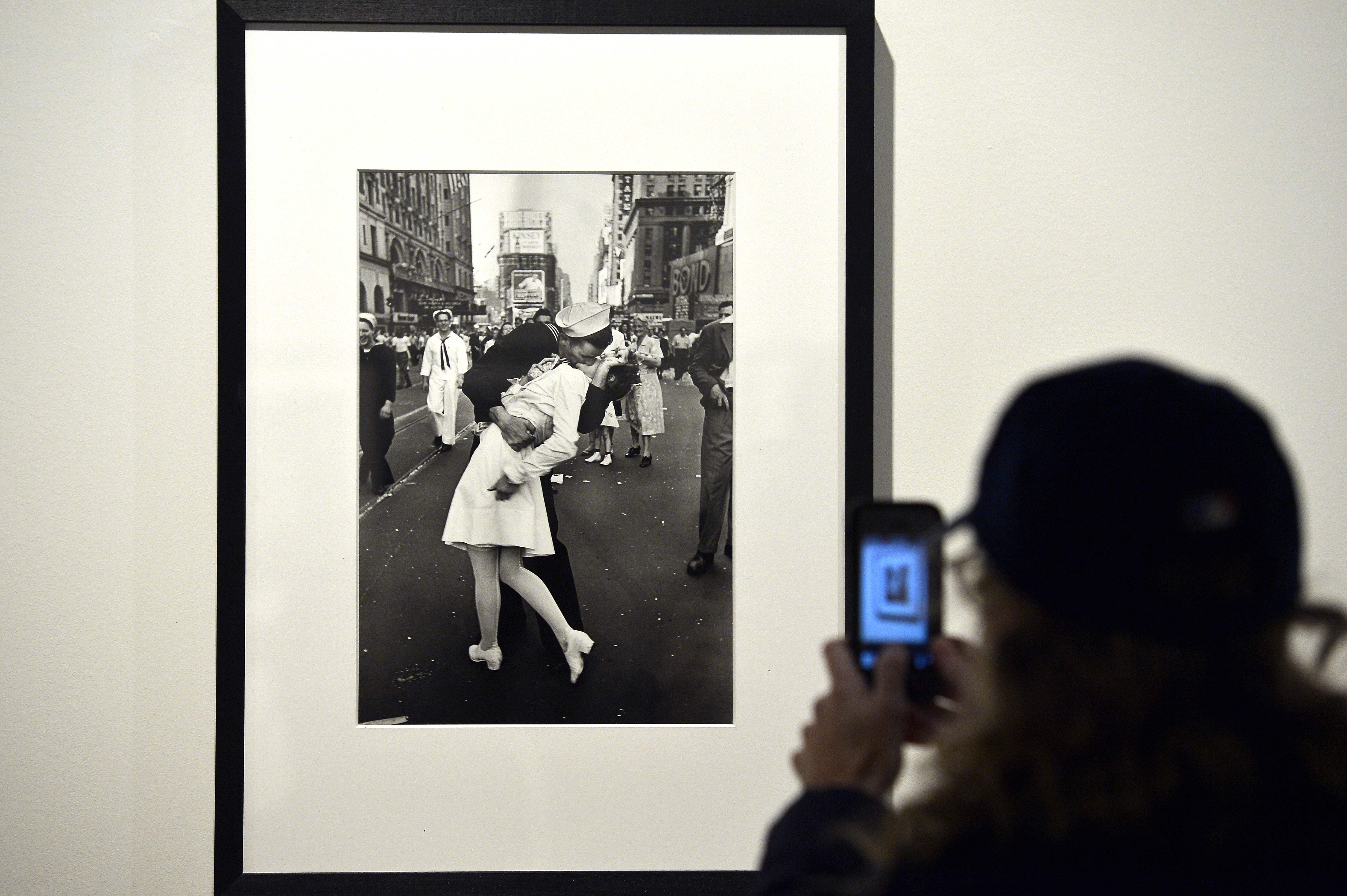 La icónica foto de Alfred Eisenstaedt  fue tomada Times Square, Nueva York, en 1945. (Foto Prensa Libre: EFE)