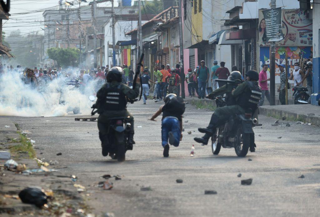 Guardias nacionales venezolanos chocan con manifestantes en la ciudad fronteriza de Ureña