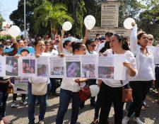 Vecinas que también apoyaron la marcha muestran su apoyo al pediatra Joshua Alberto Romero. (Foto Prensa Libre: José Boya).