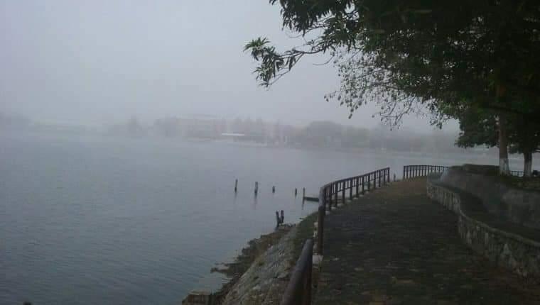 La niebla ha cubierto sectores de Ciudad Flores y Santa Elena, durante las mañanas de esta temporada. (Foto Prensa Libre: César Hernández)