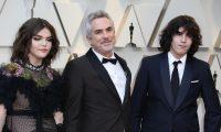 AME9031. HOLLYWOOD (ESTADOS UNIDOS), 24/02/2019.- El director mexicano Alfonso Cuarón (c) y sus hijos, Olmo Teodoro (d) y Tess Bu (i), posan a su llegada a la alfombra roja de los Premios Óscar, este domingo, en Hollywood, California (Estados Unidos). EFE/ Emilio Flores