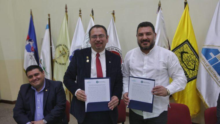 El ministro de Ambiente Alfonso Alonzo muestra el convenio que se avaló con el Colegio de Ingenieros Agrónomos de Guatemala. (Foto Prensa Libre: Cortesía)