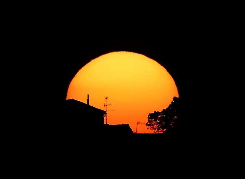 Puesta de sol esta tarde en Pamplona en una jornada donde las temperaturas bajas de la mañana, en torno a los 2 grados, contrastan con las del resto del día en el que se alcanzan cerca de los 18. EFE