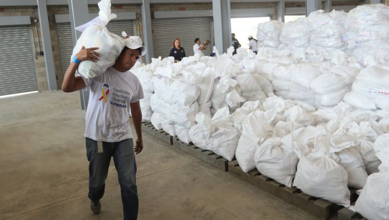 El proclamado presidente venezolano Juan Guaidó promete que este sábado comenzará a ingresar ayuda en Colombia. (Foto Prensa Libre: EFE)