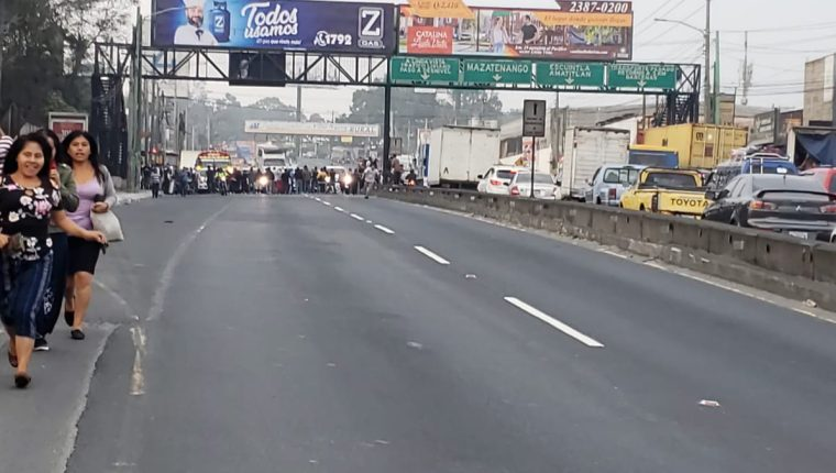 Tránsito complicado en el km 19 de la ruta al Pacífico, donde vecinos de la colonia Santa Isabel manifiestan para exigir seguridad. (Foto Prensa Libre: @SantosDalia).