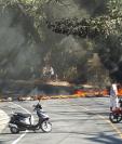 Uno de los bloqueos en Chiquimulilla, donde pobladores exigen servicio de energía eléctrica. (Foto Prensa Libre: Oswaldo Cardona).