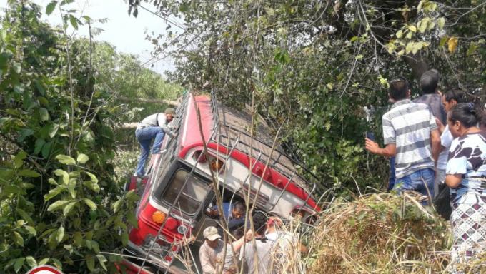 El bus de los Transportes Veloz Obereña quedó en una hondonada. (Foto Prensa Libre: Bomberos Municipales Departamentales).