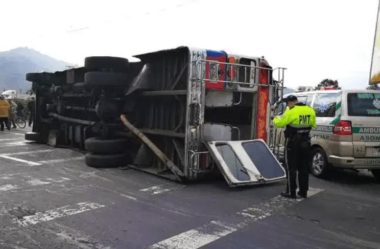 Accidente de tránsito en el km 47 de la Ruta Interamericana, Sumpango, Sacatepéquez. (Foto Prensa Libre: César Pérez)