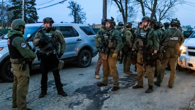 THM03. Aurora (United States), 15/02/2019.- Heavily armed law enforcement officers prepare to enter a building after a shooting at the Henry Pratt Company in Aurora, Illinois, USA, 15 February 2019. According to authorities four law enforcement officers were wounded and five people died in the incident. (Estados Unidos) EFE/EPA/TANNEN MAURY