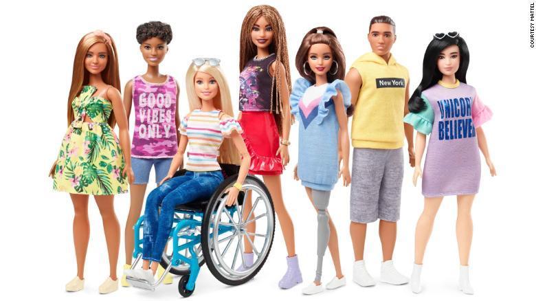 Barbie: presentan dos nuevos modelos, uno con silla de ruedas y otro con prótesis de pierna