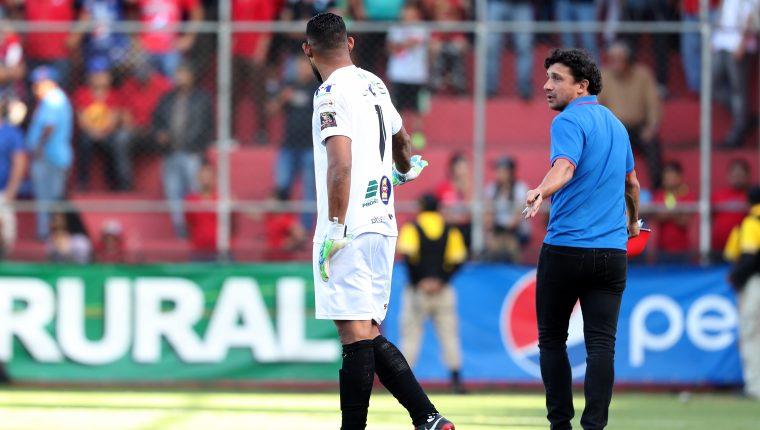 Sebastián Bini (Azul) fue expulsado en el juego contra Guastatoya. (Foto Prensa Libre: Francisco Sáncez)