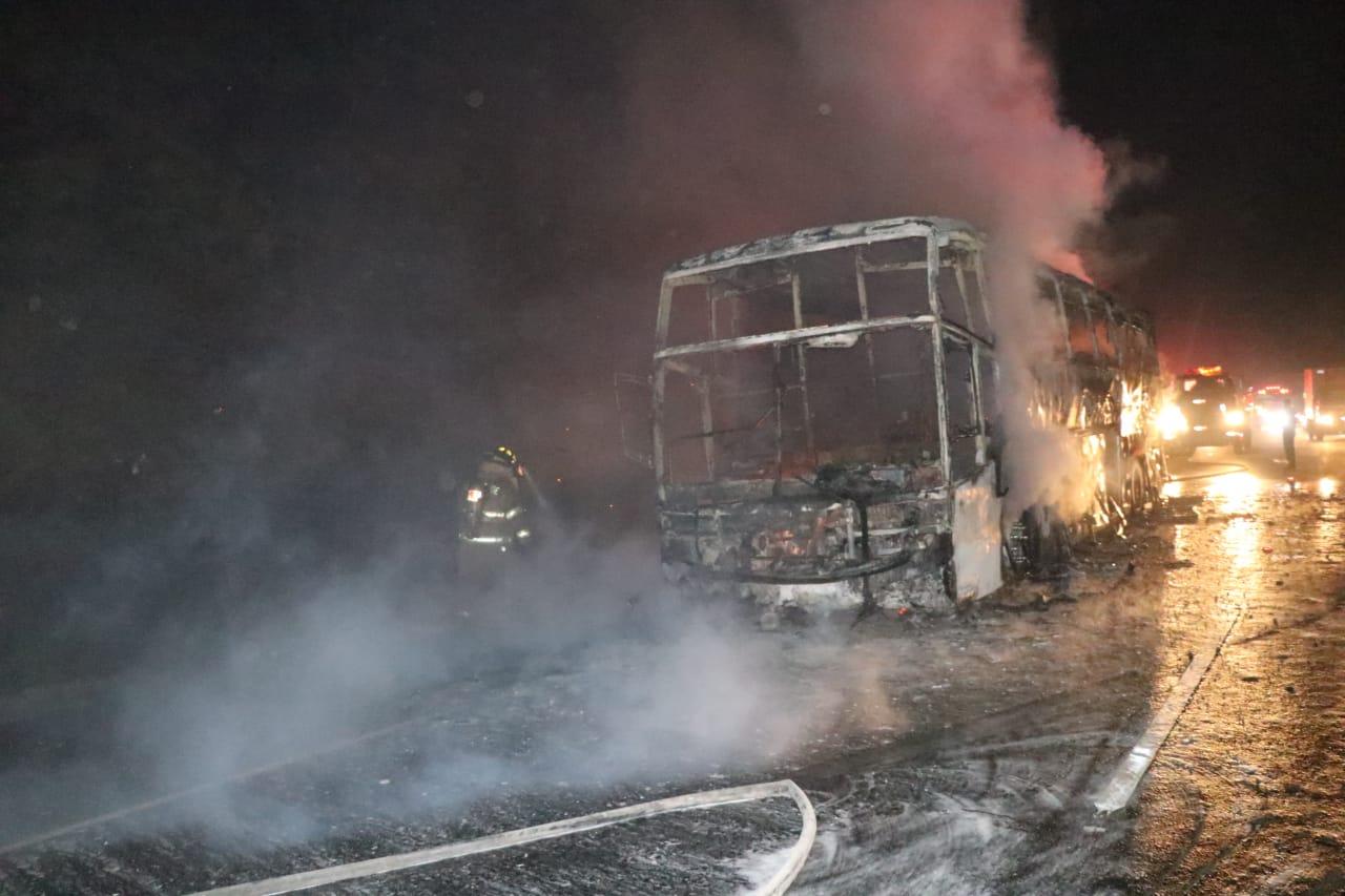 Socorristas trabajan en el kilómetro 48 de la autopista Palín-Escuintla, donde un bus pulman se incendió. (Foto Prensa Libre: Hillary Paredes)