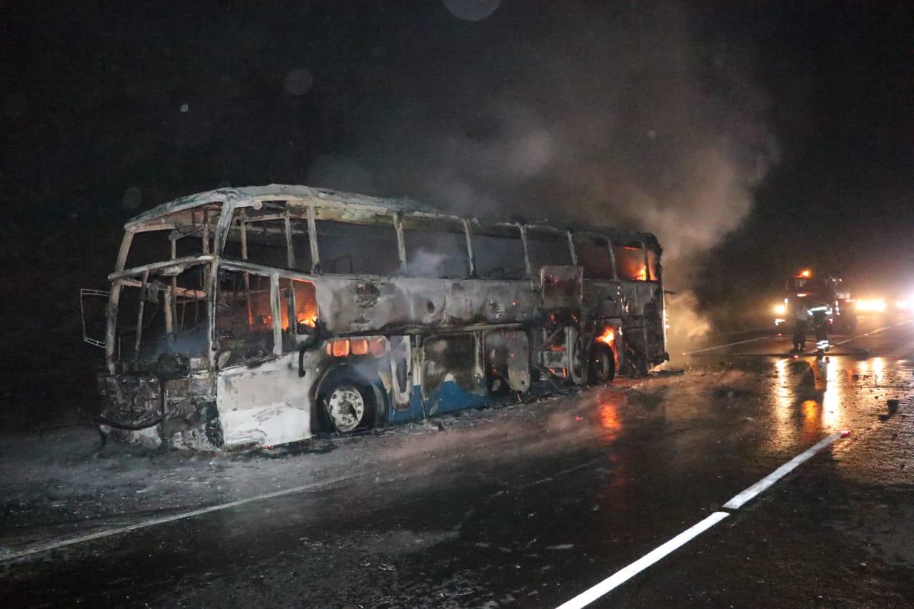 El bus de los Transportes Galgos fue consumido por las llamas, en el kilómetro 48 de la autopista Palín-Escuintla. (Foto Prensa Libre: Hilary Paredes)