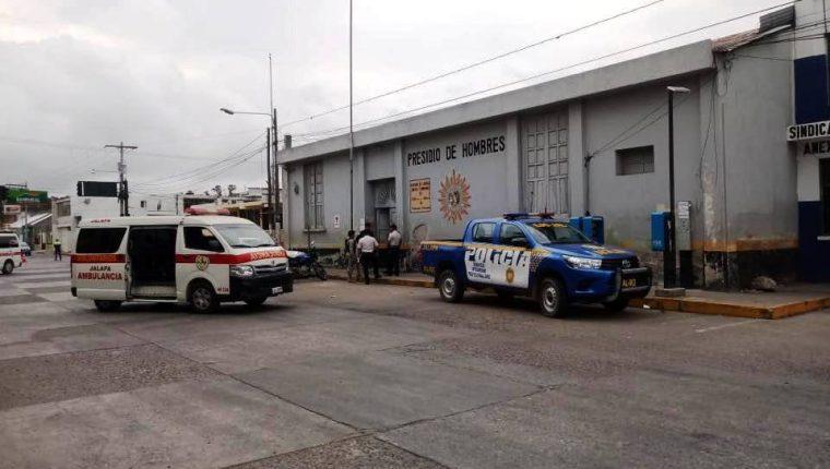 Bomberos y Policía Nacional Civil atendieron la emergencia en la cárcel de Jalapa. (Foto Prensa Libre: José Boya)