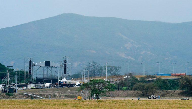 El puente binacional Tienditas será testigo este sábado de dos conciertos en plena tensión; del lado colombiano, a favor de Guaidó, y del lado venezolano del lado de Maduro. (Foto Prensa Libre: AFP)